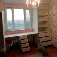 Шкафы и стол вокруг окна в детскую